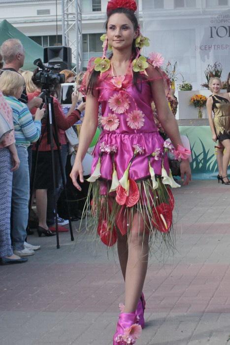 Участница дефиле цветочных платьев. Фото: Николай Карпов/Великая Эпоха (The Epoch Times)