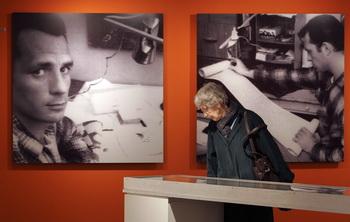 Посетитель рассматривает экспонат — 36-футовую часть свитка, который содержит часть оригинальной рукописи Джека Керуака «На Дороге» в Сан-Франциско, Главная библиотека в Сан-Франциско, Калифорния, 18 января 2006 г. Фото: Justin Sullivan/Getty Images