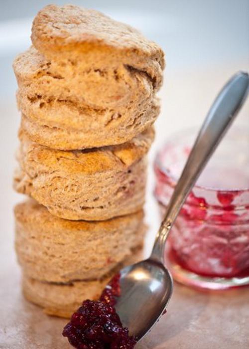Домашние пшеничные булочки и ягодный джем. Фото: Cat Rooney/Великая Эпоха (The Epoch Times)