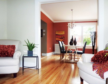 Размер светильника важен в такой же степени, как и его стиль. Общее правило для светильников: они должны быть подвешены на расстоянии 30-36 дюймов от поверхности стола. Фото: Views Home Staging & Redesign