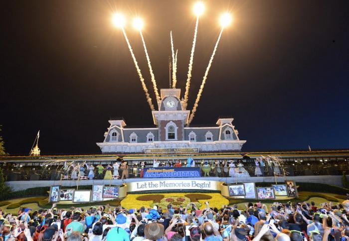 Тематический парк Magic Kingdom (Волшебное королевство) открылся 24 мая 2013 г. в Лейк-Буэна-Висте, Флорида, ослепительным фейерверком. Фото: Todd Anderson/Disney Parks via Getty Images