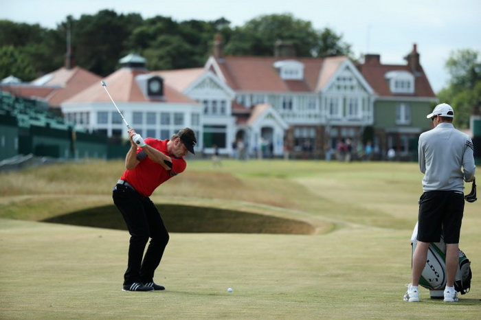 Сэр Ник Фалдо из Англии играет в гольф на 142-ом Открытом Чемпионате в Muirfield 15 июля 2013 г. в Gullane, Шотландия. Фото: Andy Lyons/Getty Images