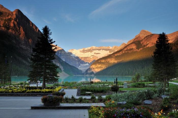 Вид на красивое озеро Лейк-Луиз в Национальном парке Банф, Альберта, Канада. Фото: Lijuan Guo/Photos.com