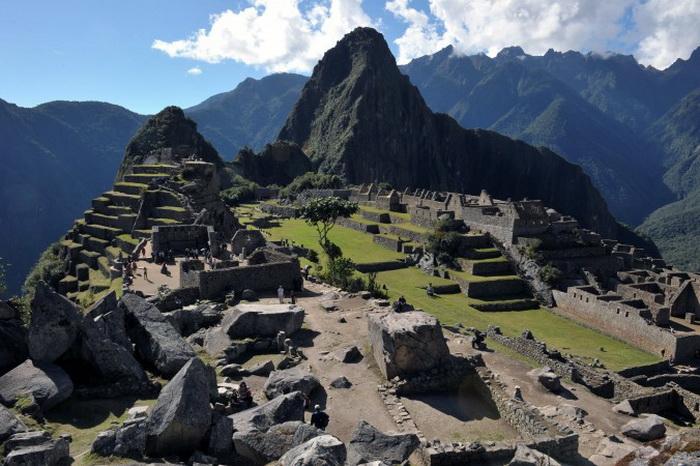 Туристы проходят среди руин цитадели Мачу-Пикчу, Перу, признанную Чудом Света, её посещают 250 000 человек в год. 6 июля 2011 г. Фото: Cris Bouroncle/AFP/Getty Images