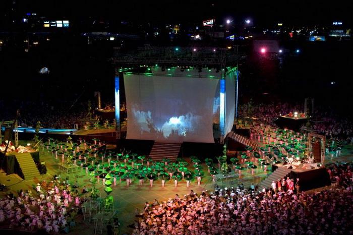 Танцоры выступают во время церемонии открытия 18-х Игр Maccabiah в Тель-Авиве, Израиль, 13 июля 2009 г. Игры Maccabiah — международное спортивное мероприятие, проводимое в Израиле каждые четыре года. Фото: David Furst/AFP/Getty Images