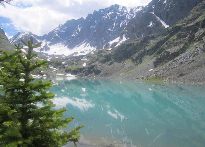 Глубокая чаша озера Куйгук. Фото: Ирина Павловская