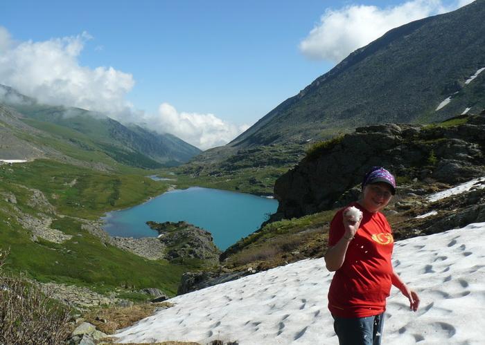В горах над озером Акчан и летом можно поиграть в снежки. Фото: Ирина Павловская