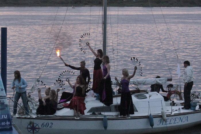 Театр огня FIRE LIFE прибывает на плавучую сцену на яхте. Фото: Николай Карпов/Великая Эпоха (The Epoch Times)