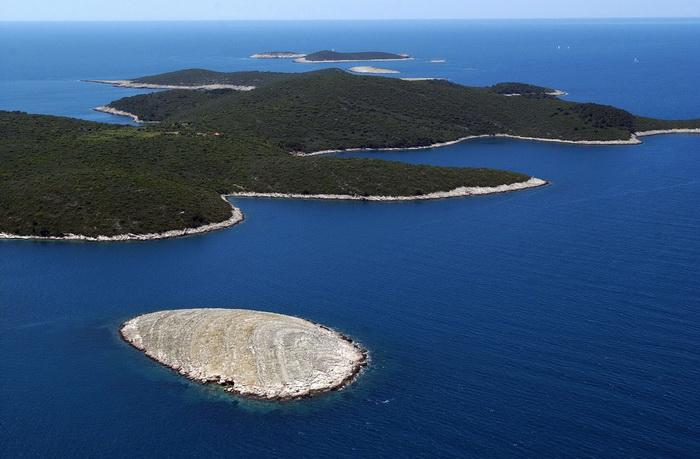 Особенностью далматинского побережья Адриатического моря является большое число островов, известных также как Далматинские острова. Большая часть островов расположена недалеко от берега и имеет вытянутую вдоль побережья форму. Хорватия. Фото: STR/AFP/Getty Images