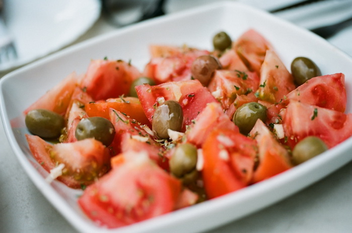 Cалат из помидоров с оливками. фото: Jun Yin Tan/flickr.com