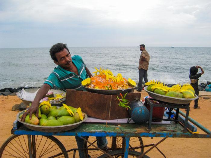 Продавец манго. Как едят манго. Фото:  Татьяна Виноградова/Великая Эпоха (The Epoch Times)