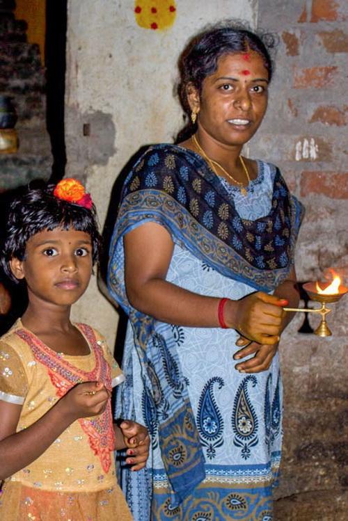 Мама с дочкой совершают обряд очищения огнём жилища в праздник Понгал. Праздники в Индии. Фото: Татьяна Виноградова/ Великая Эпоха (The Epoch Times)