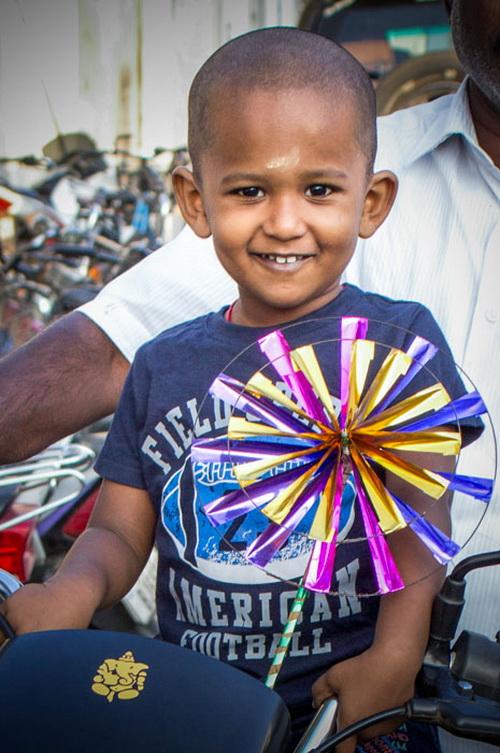 Малыш радуется празднику. Праздники в Индии. Фото: Татьяна Виноградова/ Великая Эпоха (The Epoch Times)