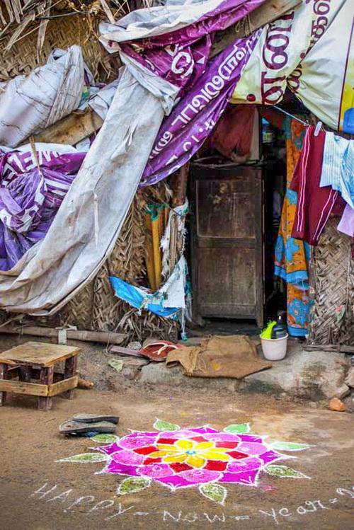 Колам перед входом в хижину, в которой живут пострадавшие от циклона люди. Праздники в Индии. Фото: Татьяна Виноградова/ Великая Эпоха (The Epoch Times)