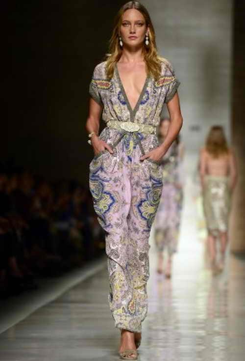 Кармен Педару участвует в показе весенне-летней коллекции -2014  дома моды  Etro во время недели моды 20 сентября 2013 г.   Фото: OLIVIER MORIN/AFP/Getty Images