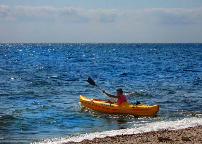Турист испытывает себя – сможет ли он выйти в открытое море, полное опасностей и приключений. Фото: Ирина Рудская/Великая Эпоха (The Epoch Times)