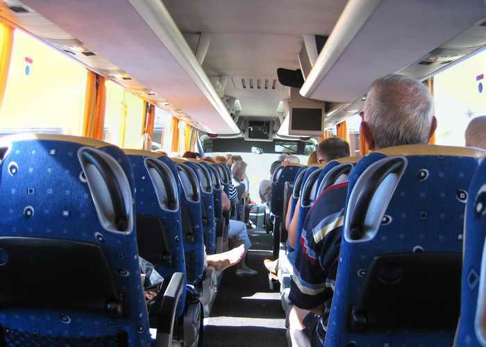 Путешественник наблюдает мир из окна экскурсионного автобуса. Фото: Ирина Рудская/Великая Эпоха (The Epoch Times)