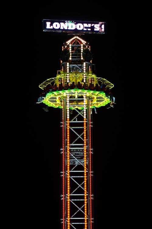 В Гайд-парке Лондона открылся развлекательный комплекс «Зимняя страна чудес» (Winter Wonderland) с ледяными сооружениями, аттракционами, цирком, 60-метровым колесом обозрения и катком. Фото: Ben А. Pruchnie / Getty Images