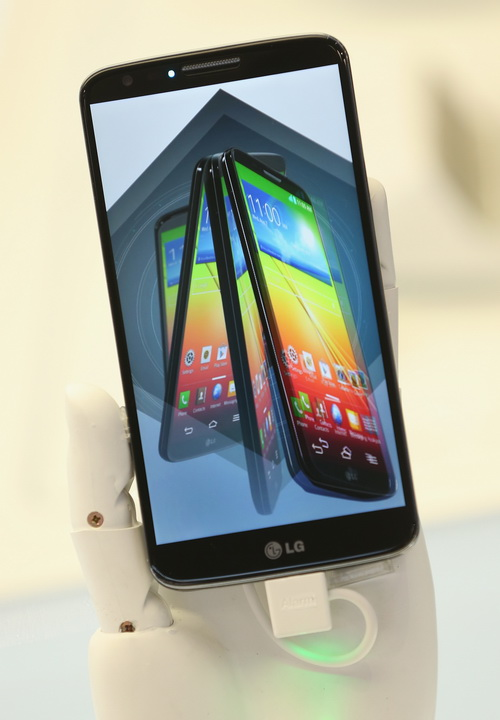 Компания LG среди новинок представила смартфон G2 на открывшейся 53-й международной выставке бытовой электроники IFA 2013 в Берлине 5 сентября 2013 года. Фото: Sean Gallup/Getty Images