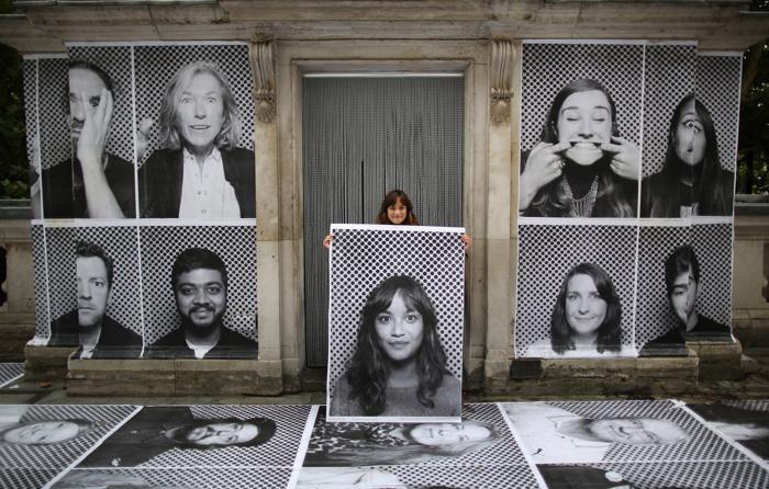 Новый творческий проект создаёт французский художник JR с 3 по 11 октября у реки, на террасе исторического здания Сомерсет-хаус, в центре Лондона. Фото: Peter Macdiarmid/Getty Images