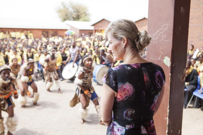 Британская графиня Уэссекса Софи, супруга младшего сына королевы Елизаветы II, принца Эдвардса, посетила школу южноафриканского городка Орандж-Фарм 7 октября 2013 года. Фото: Maritz Verwey/Getty Images
