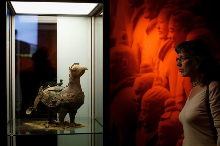 Терракотовые статуи воинов и лошадей из Китая, которые были в 210 г. до н.э. захоронены около города Сиань вместе с первым императором династии Цинь, представлены на выставке в испанской столице 13 ноября 2013 года. Фото: Pablo Blazquez Dominguez/Getty Images