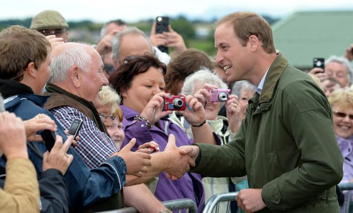 Герцог Кембриджский Уильям впервые после рождения сына совершил 14 августа 2013 года официальный визит, посетив сельскохозяйственную выставку на острове Англси. Герцог поделился впечатлениями о своём отцовстве. Фото: Andrew Yates - WPA Pool/Getty Images