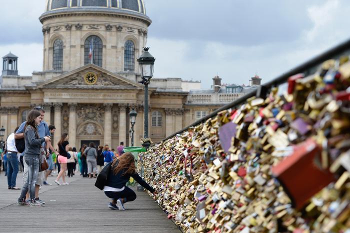 На Мосту Искусств в Париже влюблённые вешают замки. 19 августа 2013 года. Фото: Фото: Pascal Le Segretain/Getty Images