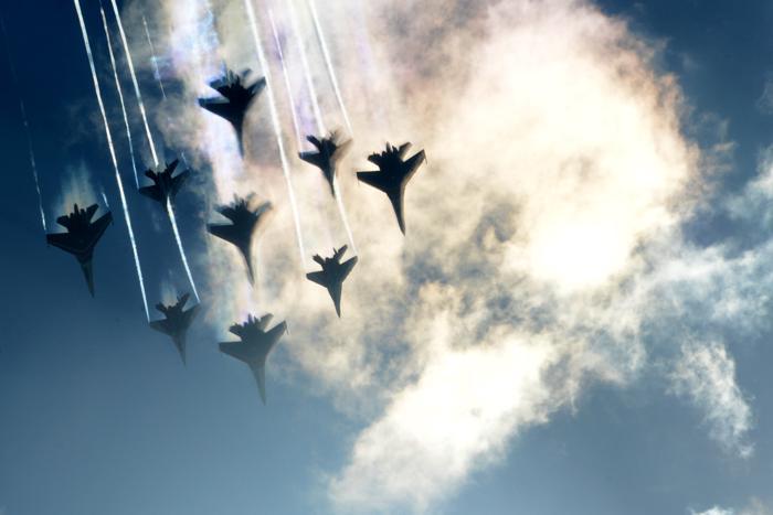 Российская группа высшего пилотажа «Стрижи» выступила на открытии Международного авиационно-космического салона МАКС-2013 в Жуковском 27 августа 2013 года. Фото: KIRILL KUDRYAVTSEV/AFP/Getty Images