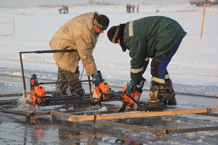 Заготовка льда для новогоднего оформления городских ёлок. Фото: Сергей Тугужеков/Великая Эпоха (The Epoch Times)