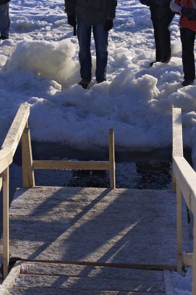 Крещенские купания на Неве.Мостки, ведущие к проруби. Фото: Лора Ларсиа/Великая Эпоха/The Epoch Times