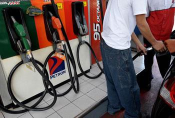 Стоимость бензина. Фото:JAY DIRECTO/Getty Images