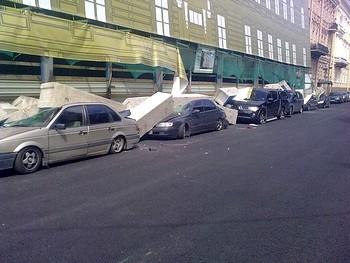 В центре Петербурга завалило несколько машин. Фото Натальи Филипповой