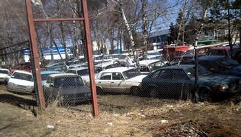 Стоянка для автомобилей, сданных на утилизацию. Фото: Великая Эпоха (The Epoch Times)