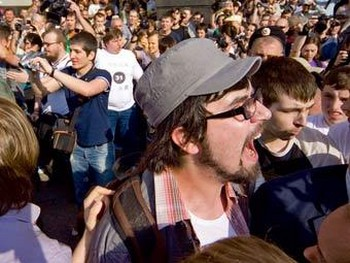 Александр Артемьев (в кепке) на Триумфальной площади 31 мая. Фото