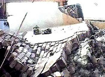 Кирпичная стена производственного склада, расположенного на территории 138-й мотострелковой бригады, унесла жизнь молодого солдата. Фото: fontanka.ru