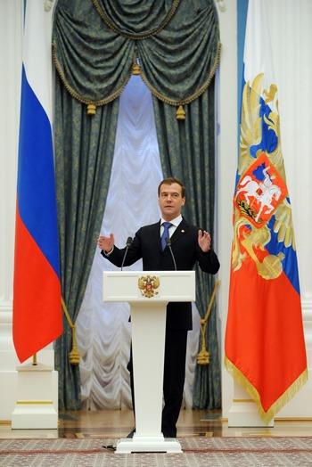 Президент России Д.А. Медведев 7 мая 2011 г. подписал указы о присвоении городам Старый Оскол, Колпино и Анапа почётного звания «Город воинской славы». Фото: NATALIA KOLESNIKOVA/AFP/Getty Images