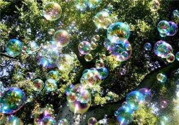 Мыльные пузыри летают над Арбатом. Фото с  katerinalay.livejournal.com