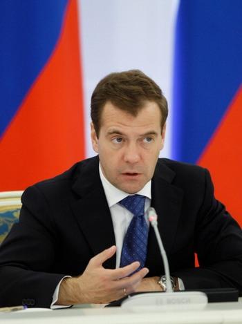 Президент Медведев не собирается соперничать с премьером Путиным на выборах. Фото: VLADIMIR RODIONOV/AFP/Getty Images