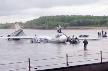 Экипаж самолета АН-24 встретили в Иркутске как героев. Фото с zakon.mirtesen.ru