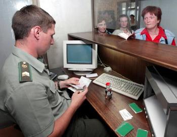 Выдача загранпаспортов нового образца. Фото: ALEXANDER NEMENOV/AFP/Getty Images