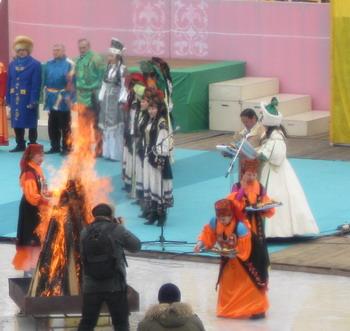 Ритуал кормление «Чистого огня» совершают для благословления духов  земли, неба и воды. Фото: Великая Эпоха