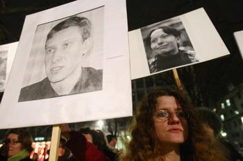 Протестующие держат фотографии  адвоката Станислава Маркелова и журналистки Анастасии Бабуровой. Фото: Sean Gallup/Getty Images