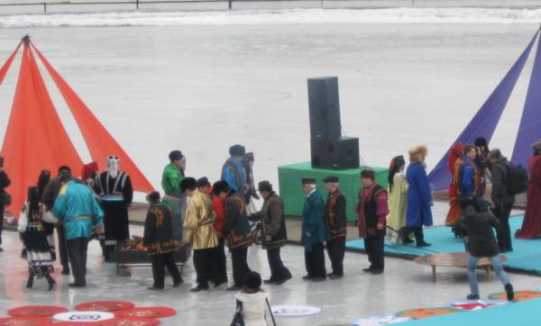Ритуал сожжения чёрных лент - чалама, символизирует уничтожение всех проблем прошедшего года. Фото: Великая Эпоха