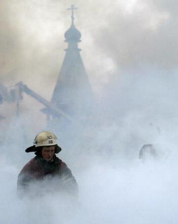Храм на Новой Басманной не пострадал, возгорание было полностью ликвидировано. Фото: MAXIM MARMUR/AFP/Getty Images