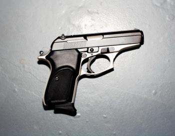 Милиция получила право без решения суда изымать у ЧОПов законно принадлежащее охранникам оружие, а затем сдавать им это же оружие в аренду за немалые деньги. Фото: Aaron Graubart/Getty Images