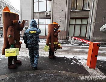 Коробки с подписями к зданию приемной администрации сотруднику Гринпис помогли принести «живые» пни. Фото предоставлено пресс-службой организации «Гринпис России»