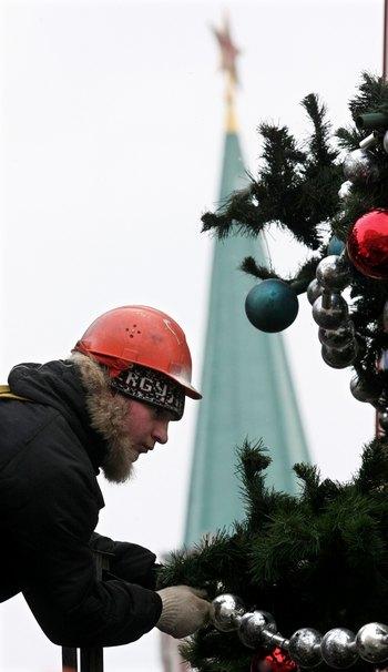 В Кремле установлена общероссийская ёлка. Фото:  ANDREY SMIRNOV/AFP/Getty Images
