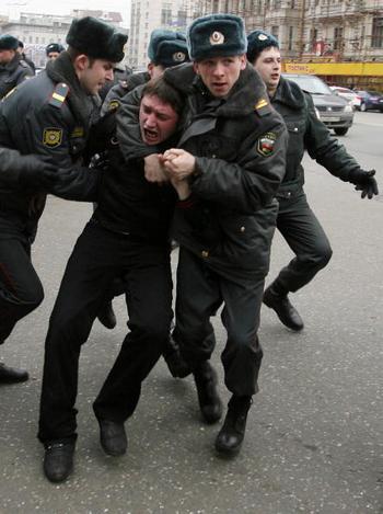 Задержаны участники митинга в защиту 31-ой  статьи Конституции. Фото: STR/AFP/Getty Images