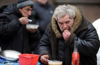 В октябре был опубликован прогноз Программы развития ООН, согласно которому численность населения России с 1993 года снизилась на 6,6 миллиона человек, а к 2025 году сократится еще на 11 миллионов человек, в основном из-за алкоголизма. Фото: NATALIA KOLESNIKOVA/AFP/Getty Images